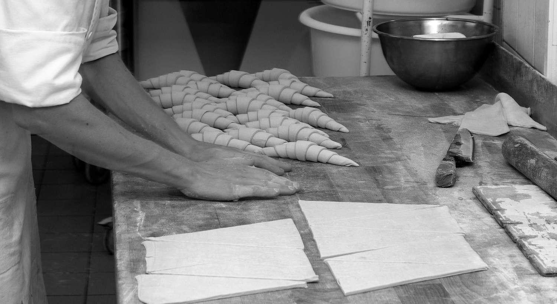 préparation de croissants à la main