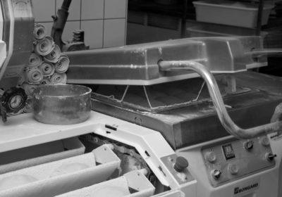 machine à pain en noir et blanc
